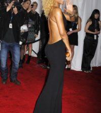 Rihanna arbore son dos hyper sexy dans une robe noire à dos ouvert