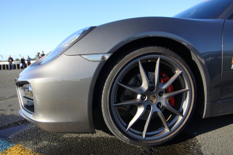 comment choisir un pneu pour les voitures sportives. Black Bedroom Furniture Sets. Home Design Ideas