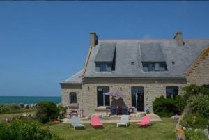 maison traditionnelle bretonne en pierre vue sur la mer