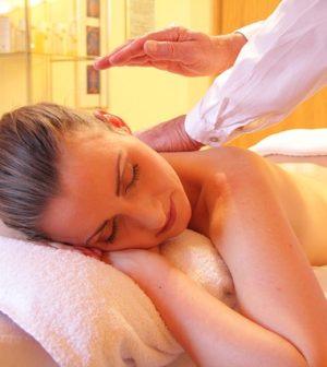 Un formateur donne un cours dans une école de massage.