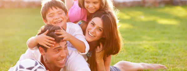 Famille qui joue au foot sur de l'herbe. Jeux sur gazon