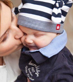 une maman embrasse son bébé