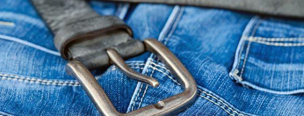 jean pour femme avec une ceinture noire