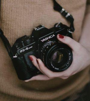 une femme tenant son appareil photo