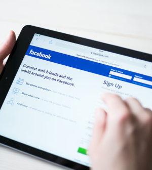 une personne sur sa tablette regarde le site facebook