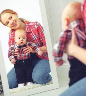 une femme et un enfant dans un miroir
