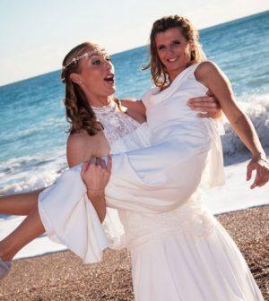 des invités de mariage sur la plage