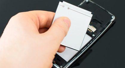 un iphone en cours de réparation