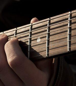 une personne jouant de la guitare