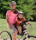 un enfant sur un vélo