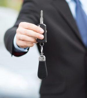 un concessionnaire gère un achat de voiture
