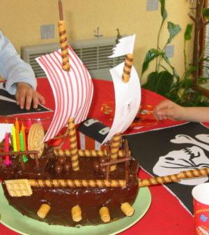 un bateau de pirates sur un gateau
