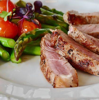 viande rouge dans l'assiette